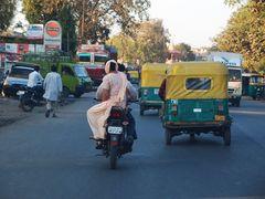 Straßenszene (bei wenig Verkehr)