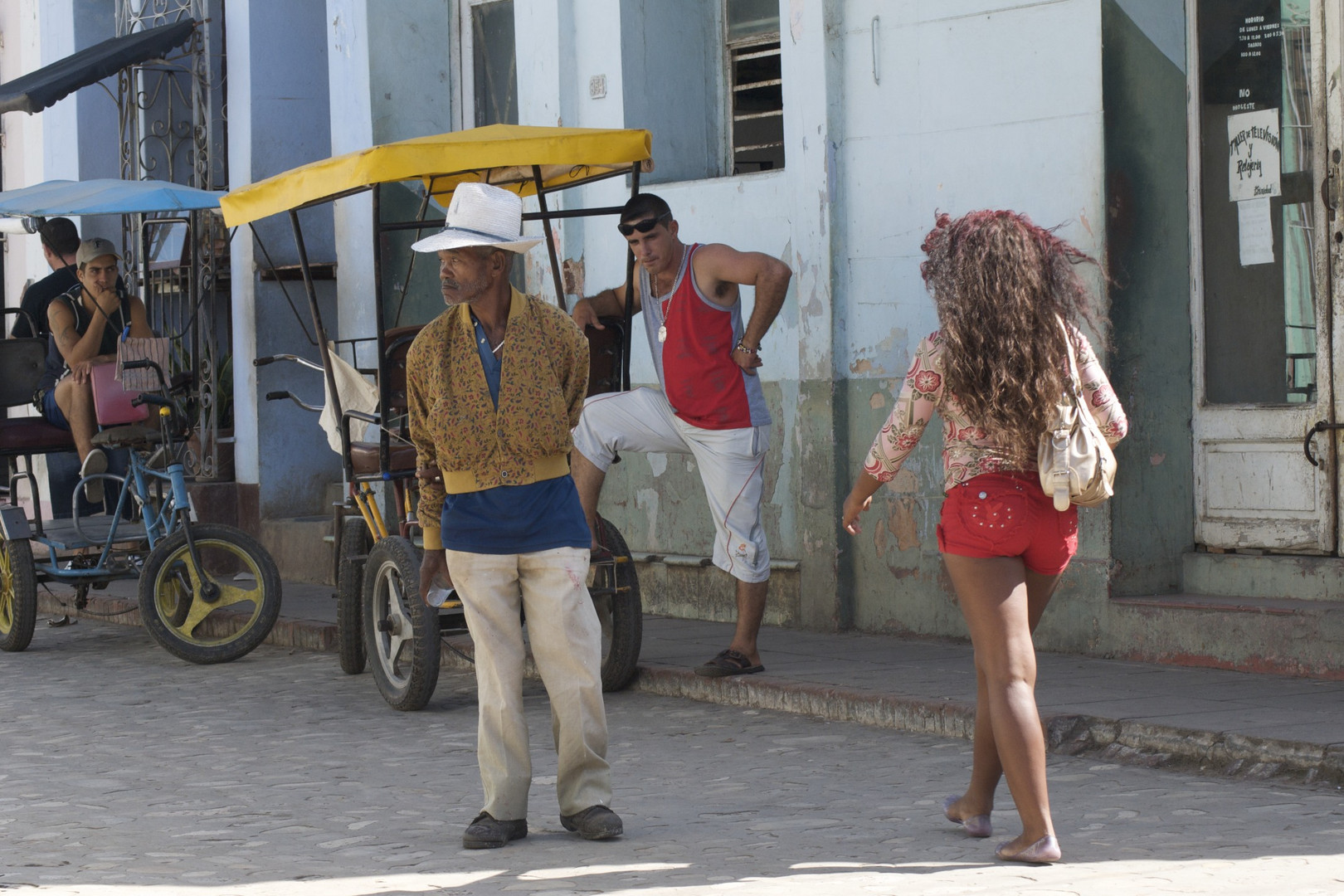 Strassenszene in Trinidad, Cuba Foto & Bild   erwachsene, die parade ...
