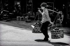 Straßenverkäuferin in Hanoi