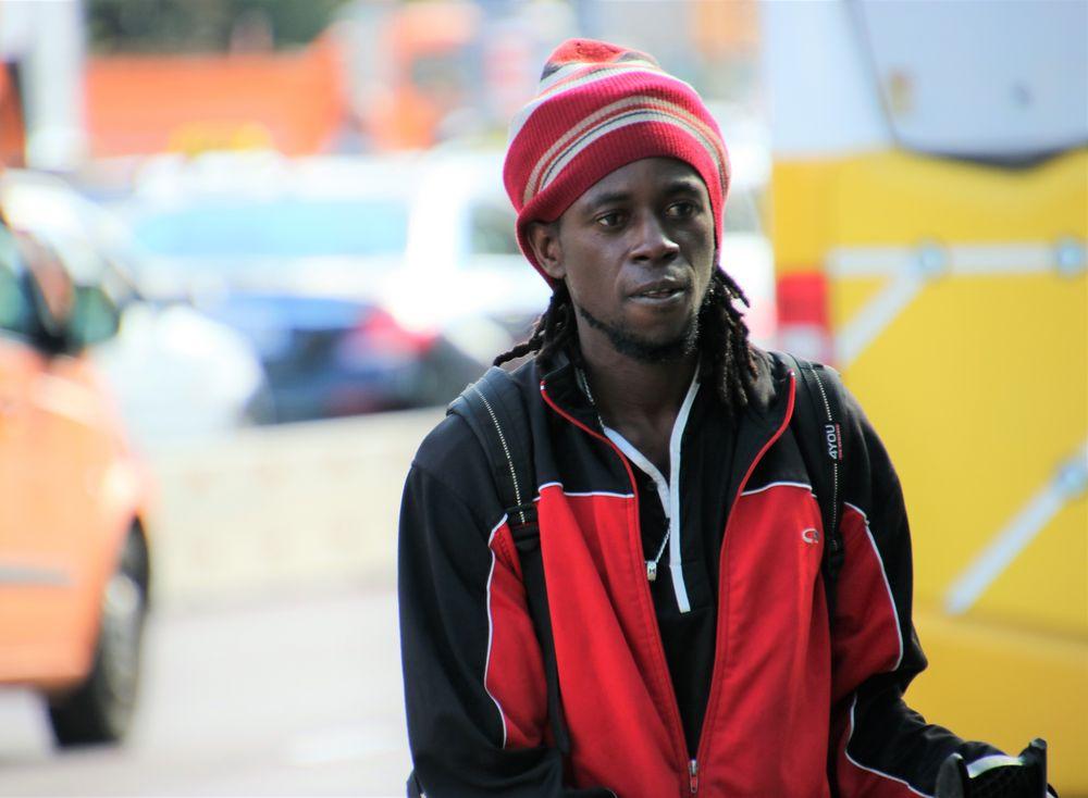 street Mann mit Muetze Ca75-c21-362 +9Testfotos