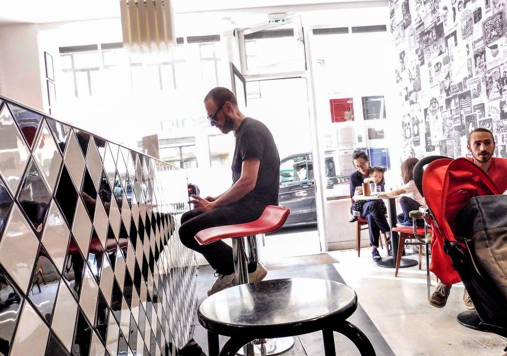 street music cafe Paris lum-19-05col +Text