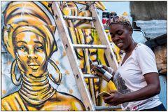 Streetartkünstlerin bei der Arbeit