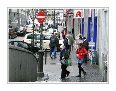 Streetlife 36 (zwei im Gleichschritt mit Tauben als Zeuge)