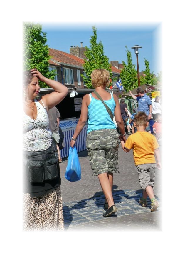 Streetlife (Pfingstmarkt Breskens, 12.05.2007) (women wear bermuda's too)