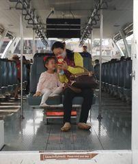 streetportrait Mutter + Kind Bangkok P20-20-col