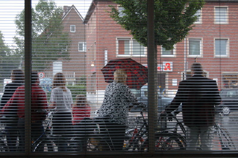 Strömender Regen aus dem Trockenen betrachtet