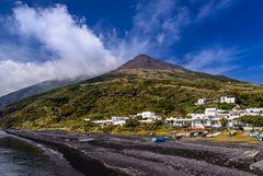 Stromboli-Stadt mit Stromboli, Liparische Inseln, Sizilien