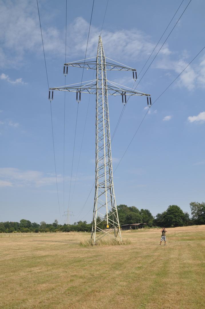 Strommast auf einem Feld