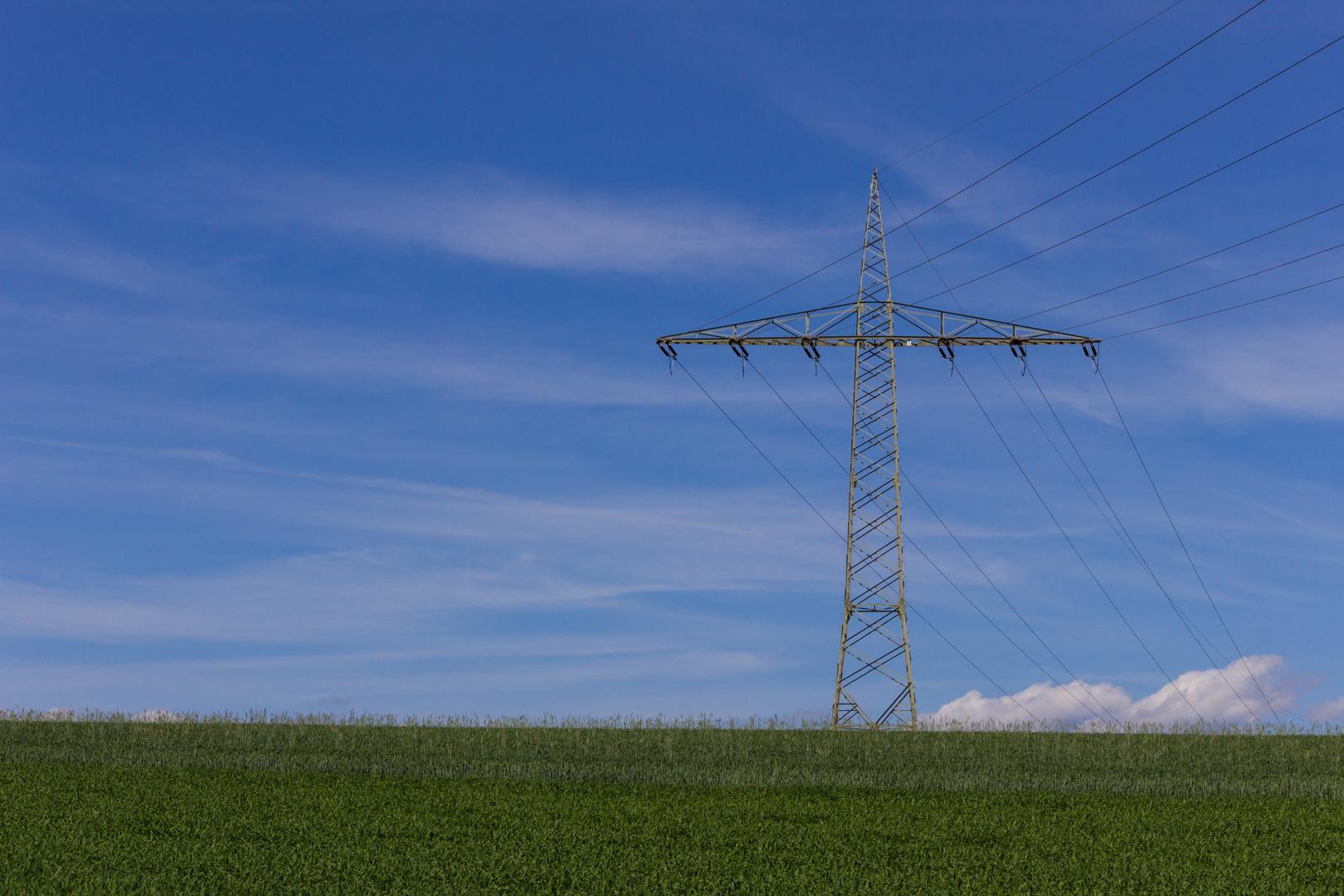 Strommast auf Feld