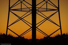 Strommast im Sonnenaufgangslicht