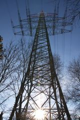 Strommast mit Gegenlicht