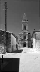 Strommast mit Kirche
