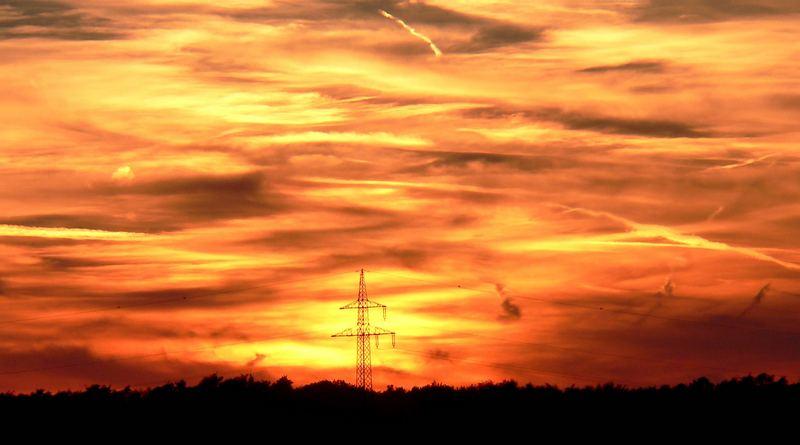 """Strommast vor """"brennendem Himmel"""""""
