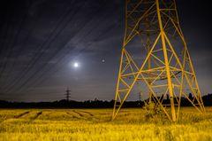 Strompfeiler und der Mond bei Nacht in Langenfeld