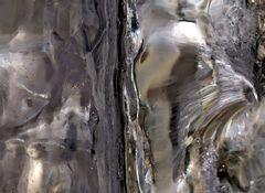 Strukturen und Muster im Inneren eines Eiszapfens. - La vie intérieure d'un glaçon!