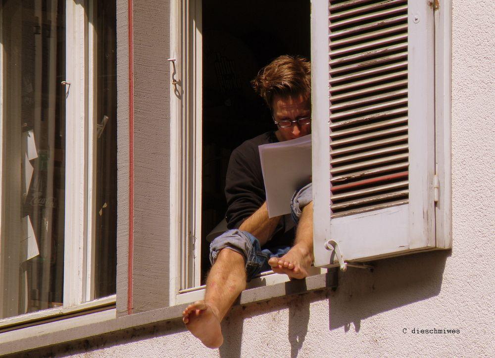 Student im Fenster