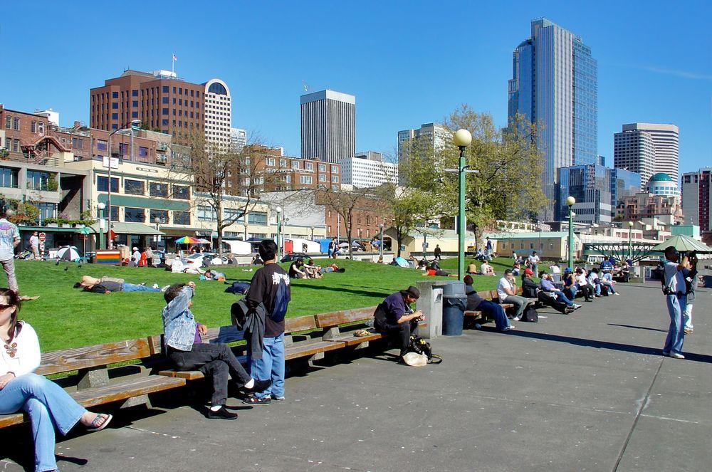 Studenten genießen die Aprilsonne in Seattle