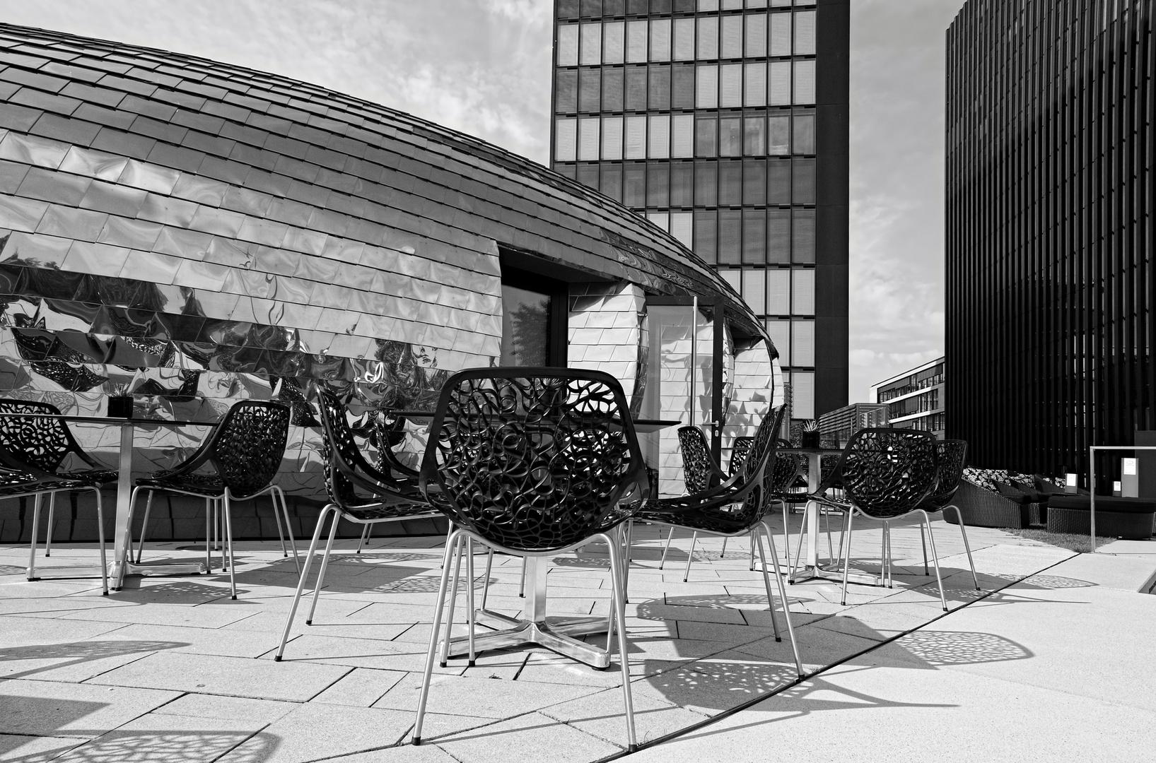 Stühle vor der Lounge