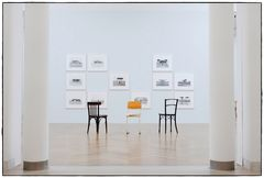 Stühle/Bilder einer Ausstellung