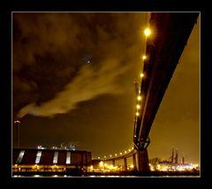 Stürmischer Abend unter der Köhlbrandbrücke