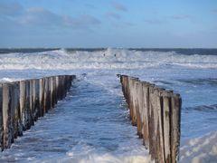 Stürmisches, aber sonniges Wetter am Nordseestrand bei Domburg, Provinz Zeeland (NL)
