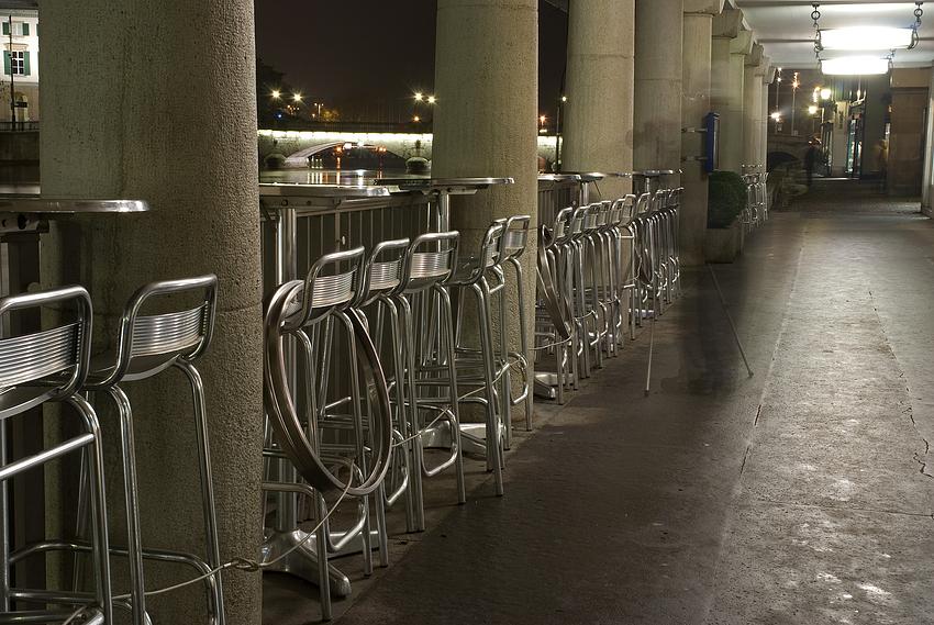 Stuhlreihe mit Schatten
