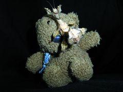 Stuntbär Knuddel mit einer Gespensterschrecke