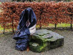Sturmtief Bennet reißt ihr die Burka vom Leib
