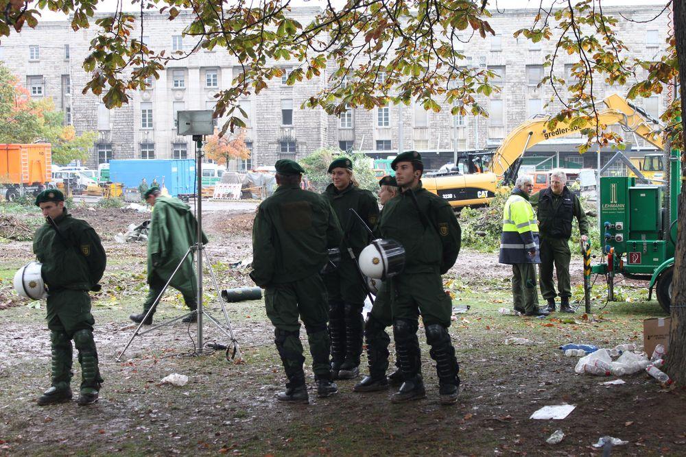 Stuttgart K21 - 1.10.10-8:30H Gefällte Bäume im Park