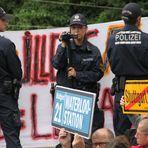 Stuttgart K21 -3 Polizisten schirmen  die Eingekesselten Juni 2011
