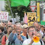 Stuttgart K21 Fahnenträger am25.7.2011 +1 Foto