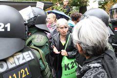 Stuttgart Park 30.9 14:00h vor WWeinsatz -Frau spricht Polizist an