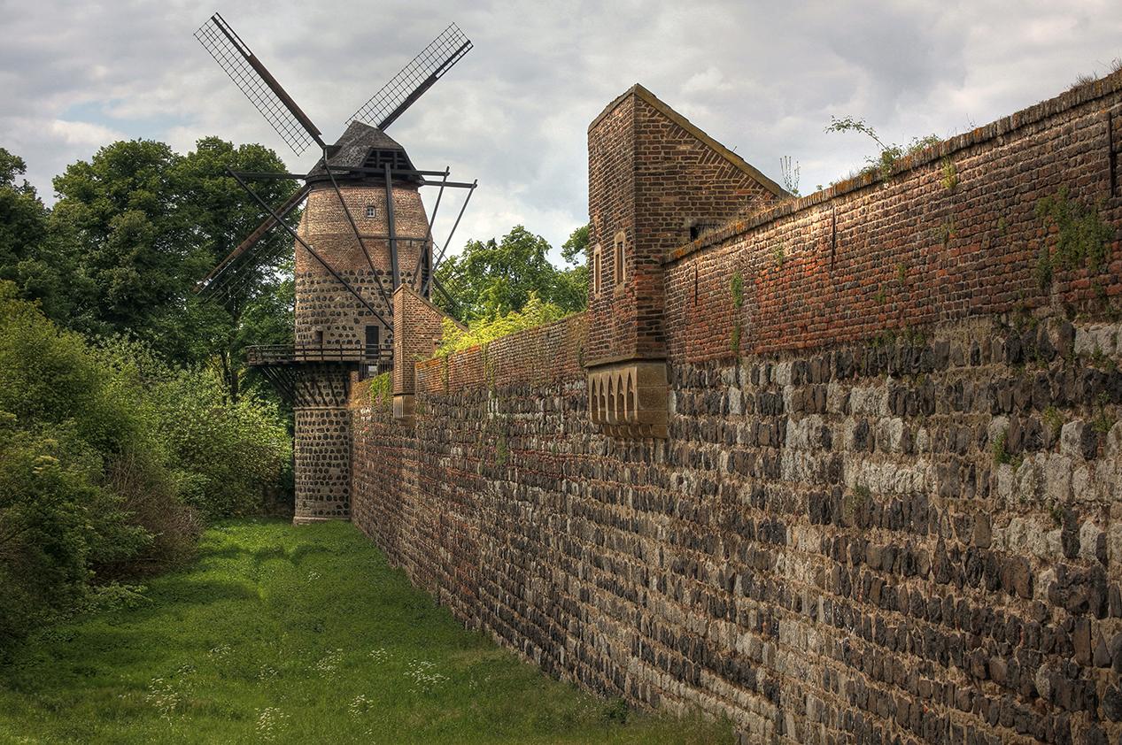 Südansicht mit Windmühle