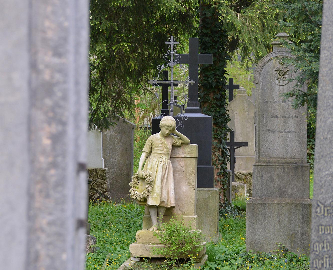 Südfriedhof - Das Mädchen mit dem Kranz