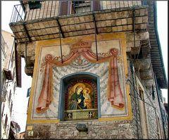Sul muro a Assisi