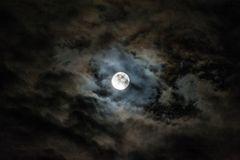 Supermond hinter Wolken