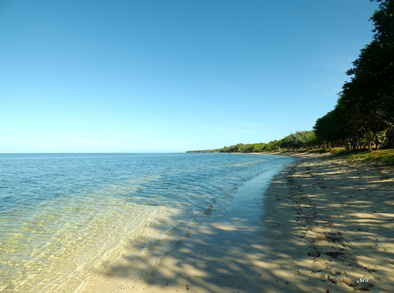 Sur la plage à Poé