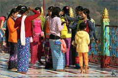Sur la terrase d'une des pagodes de Sagaing
