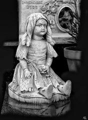 Sur la tombe d'une petite fille