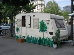 ..Sur un trottoir en plein Paris...
