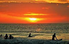 Surfer im Abendlicht _-`o´-_