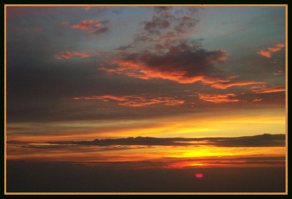 Surrealistischer Sonnenaufgang am Abend im Westen