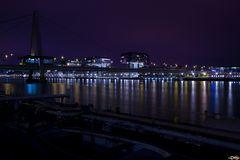 Sverinsbrücke und Kranhäuser bei Nacht