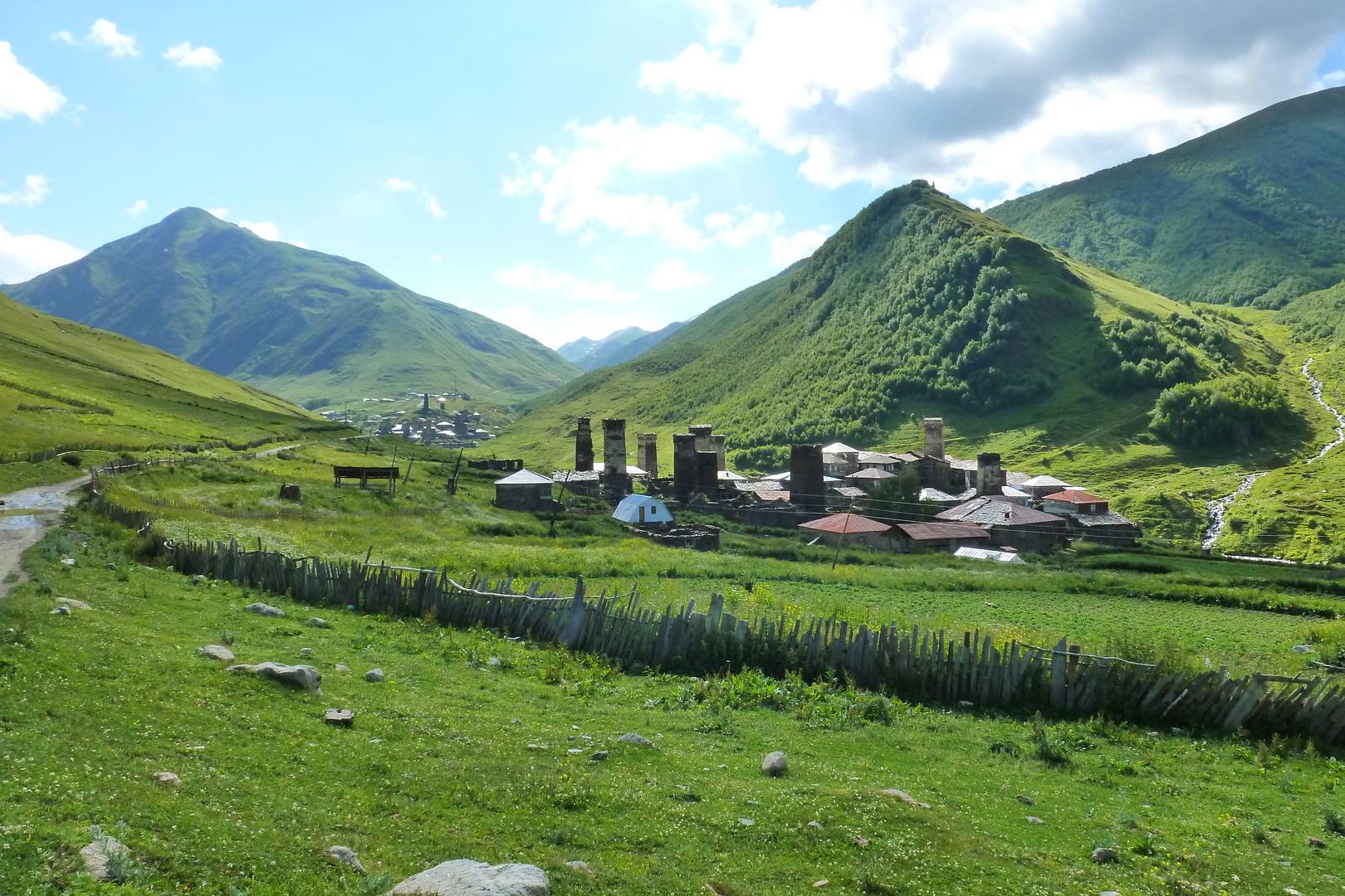 Swanetisches Dorf mit Wehrtürmen