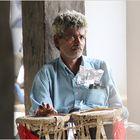 Tablaspieler wartend in SriLanka