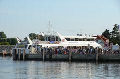 Tagestouris strömen auf einen von vielen der Schiffe