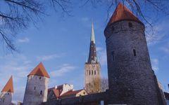 Tallinn: Stadtmauer und Kirche