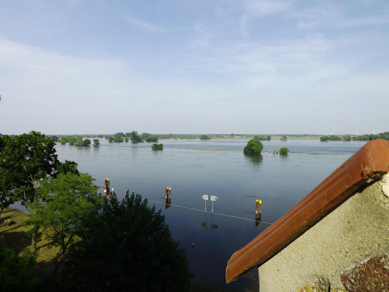 Tangermünde im Hochwasser ein Blick von der Burg