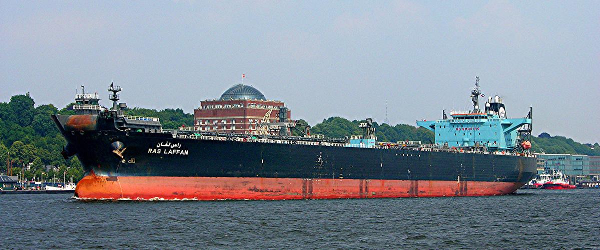 Tanker RAS LAFFAN auf Der Elbe bei Hamburg