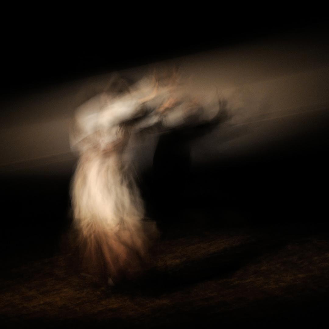 Tanz im dunklen Wald